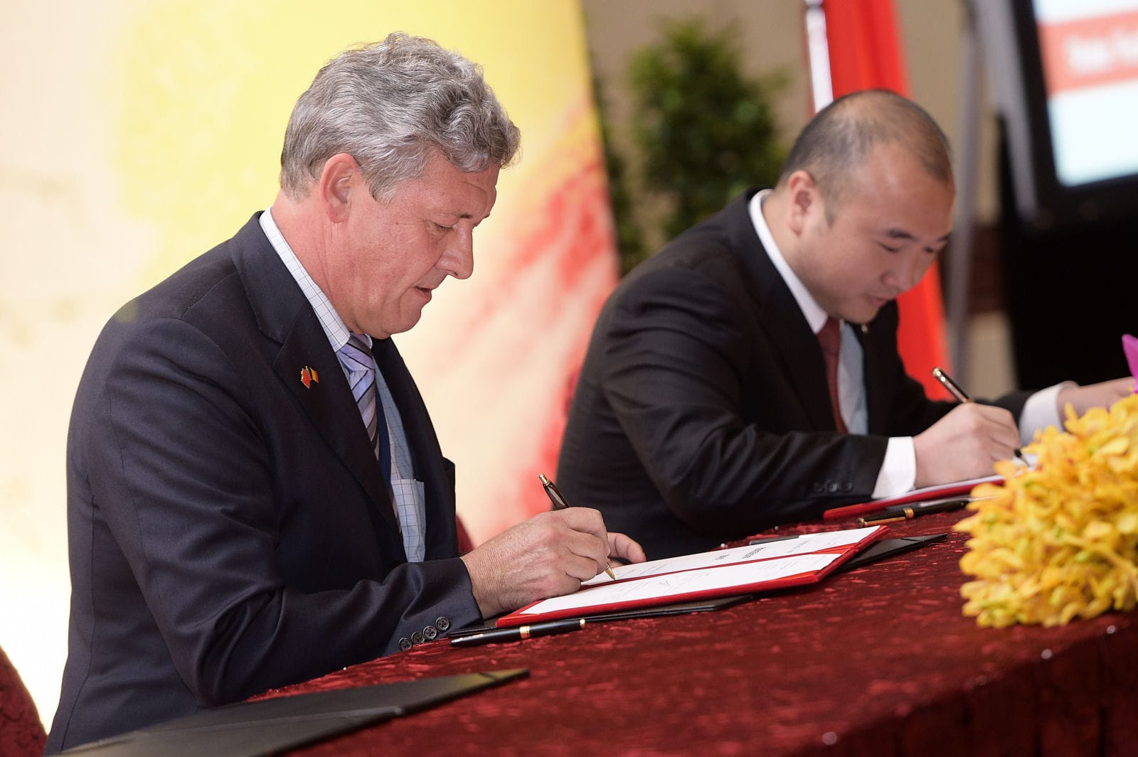 20150626 - SUZHOU, CHINA: Zingametall, Primo Corporation, represented by Bruno Savereys and Lufeng Baolihua New Energy Electric Power, represented by Gordon Chan and Ye Fanrong pictured during a signing ceremony in Shenzhen on the seventh day of a royal visit to China, Friday 26 June 2015, in China. BELGA PHOTO YORICK JANSENS