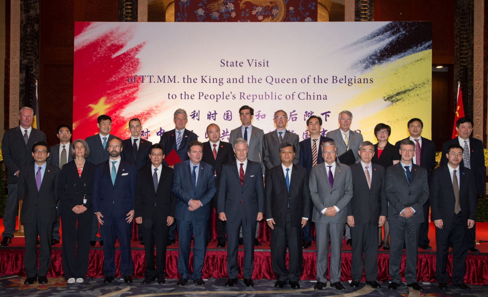 20150625 - SUZHOU, CHINA: King Philippe - Filip of Belgium poses with businessmen after a signing ceremony in Suzhou on the seventh day of a royal visit to China, Thursday 25 June 2015, in China. BELGA PHOTO BENOIT DOPPAGNE